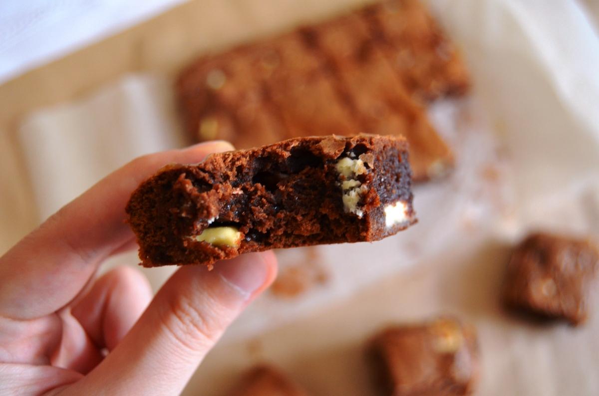 >Nutella ve Beyaz Damla Çikolatalı Browni